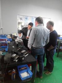 荷兰客户参观热流道系统的装配